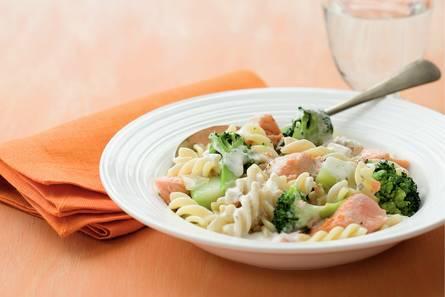 Pasta met broccoli en zalm in romige saus