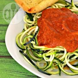 Courgette spaghetti met tomatensaus recept