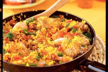 Spaanse rijstschotel met kip en garnalen