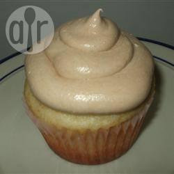 Amandelcupcake met een glazuur van zoute karamelcrème recept ...