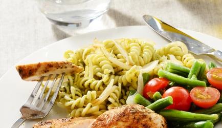 Fusilli met groene pesto en kip recept