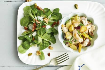 Aardappel-kip-groenteschotel met notensalade