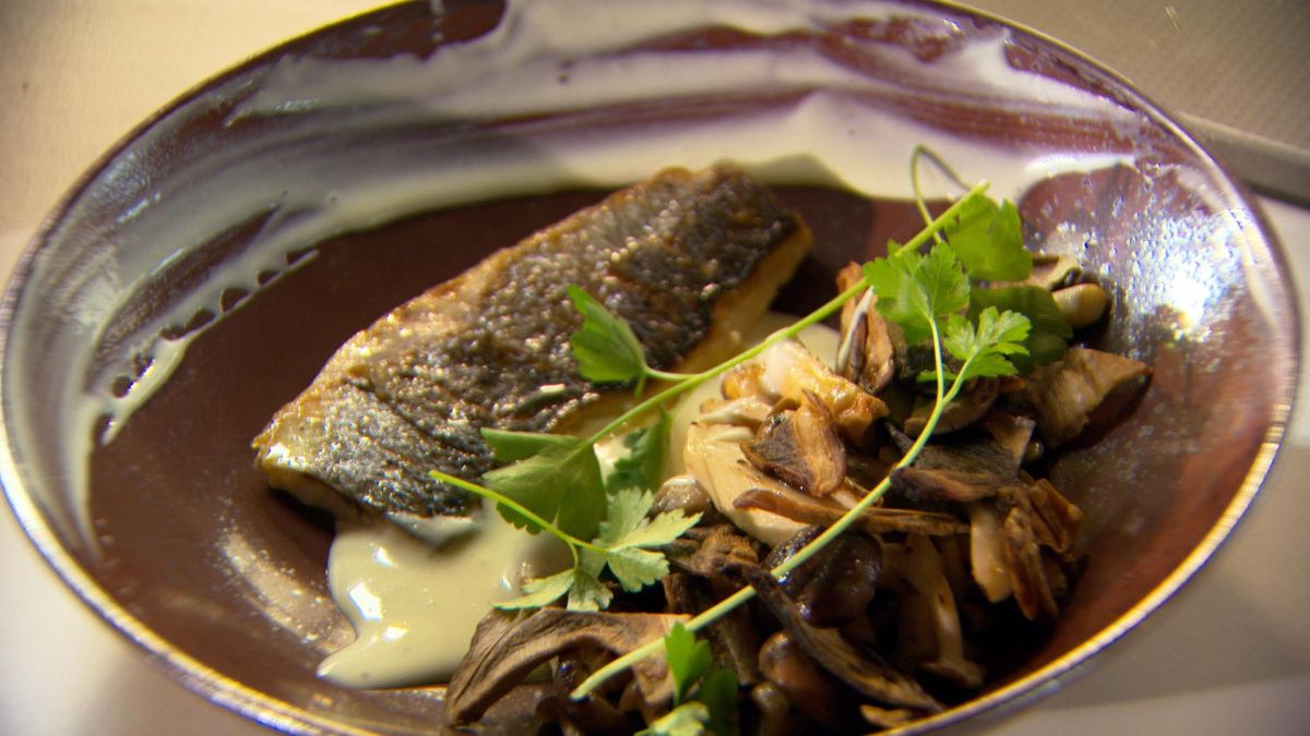 Recept 'zeebaars met bospaddenstoelen en aardappelcrème'