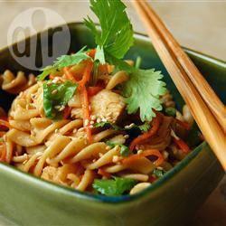 Aziatische pastasalade met kip recept
