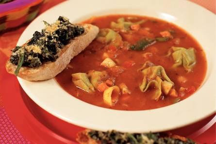 Italiaanse maaltijdsoep met spinaziecrostini