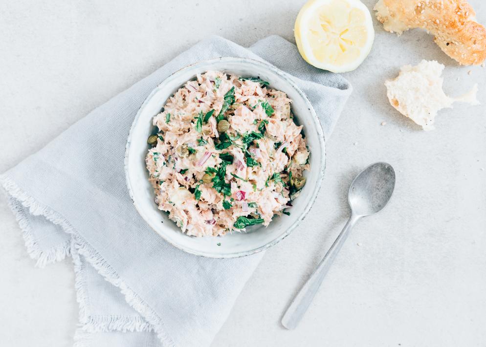 Zelfgemaakte tonijnsalade voor op een cracker