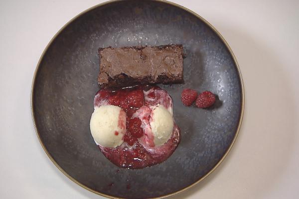 Vanille-ijs met brownie en rode vruchten
