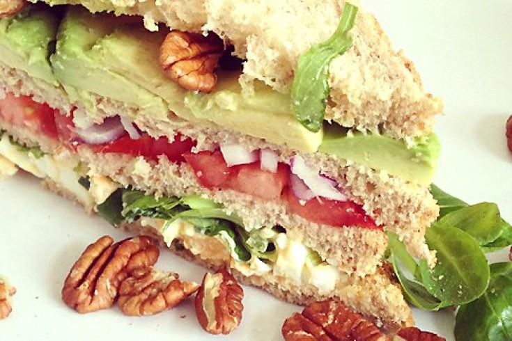 Vega club sandwich met eiersalade, avocado & pecannoten
