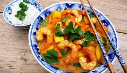 Oranje curry met garnalen, mango en zoete aardappel ...