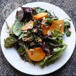 Salade met sharonfruit en hazelnoot recept