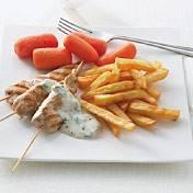 Kipspiesjes met yoghurtdip en frietjes recept