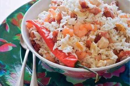 Moksi alesi (surinaamse rijstschotel met garnalen en kip)