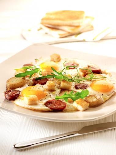 Recept 'spiegeleitjes met chorizo en knapperige broodcroutons ...