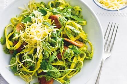 Verse pasta met sugarsnaps en vegaworst