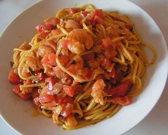 Spaghetti met garnalen in tomaten-roomsaus recept