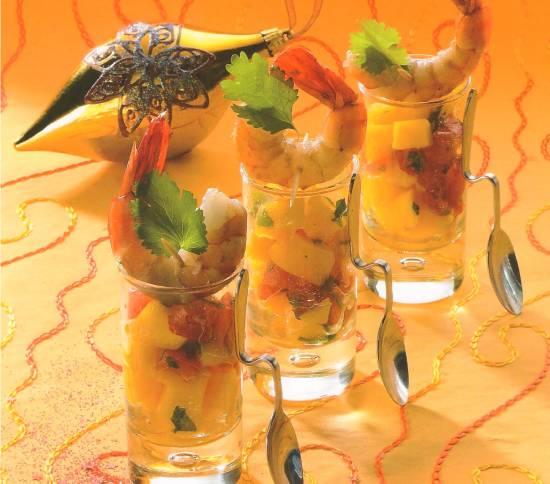 Gamba`s met mangotartaar geserveerd in een mooi glaasje. recept ...