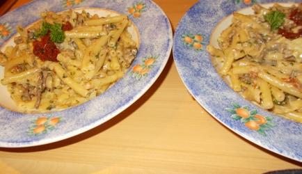 Romige pasta met zongedroogde tomaatjes, gehakt en een scheutje...