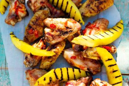 Pittige kippenvleugels met mango en pindadip