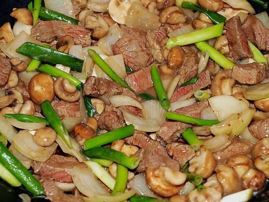 Chau ngau yuk: rundvlees met paddenstoelen en uien recept ...