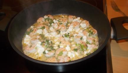 Heerlijke pittige grote garnalen met feta peterselie en veel knoflook