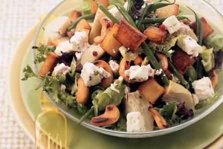 Maaltijdsalade met gebakken aardappelen, cashewnoten en witte ...