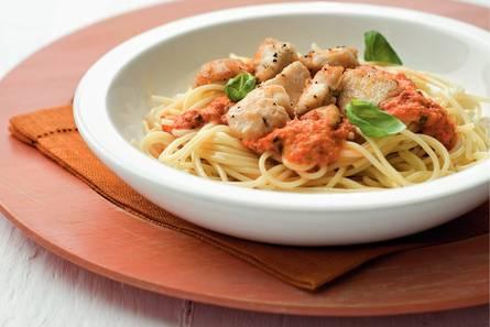 Spaghetti met kip en paprika-basilicumsaus