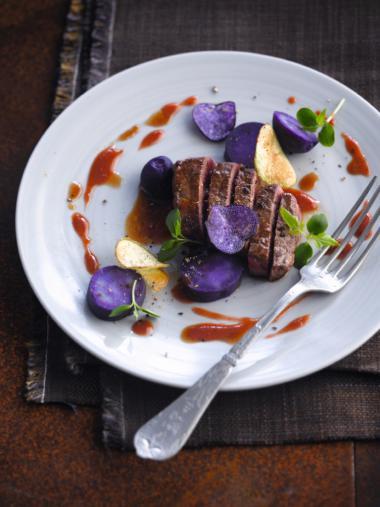 Recept 'bizonsteak met bessensaus & violette-aardappelen'