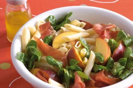 Pastasalade met gandaham en perzik