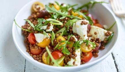 Linzensalade met mozzarella en tomaat recept