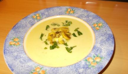 Pittige knolselderijsoep met kokosmelk en champignons vegetarisch