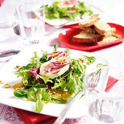 Groene salade met geitenkaas en walnotendressing recept ...