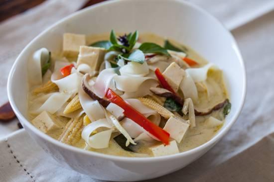 Vegetarische thai curry noodle soup recept