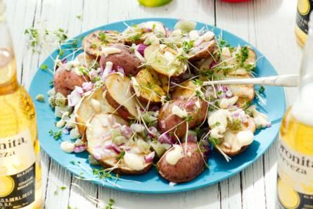 Gegrilde-aardappelsalade met pittige dressing