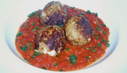 Griekse gehaktballetjes met feta in tomatensaus recept