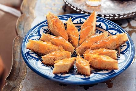 Honing-griesmeelcakejes met sinaasappelsiroop