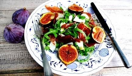 Salade met gegrilde vijgen, parma ham en parmezaanse kaas ...