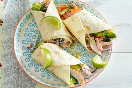 Wraps met gerookte kip en avocado