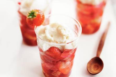 Aardbeien-rabarbertrifle