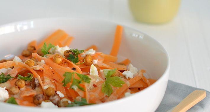Kruidige wortelsalade met tahin dressing