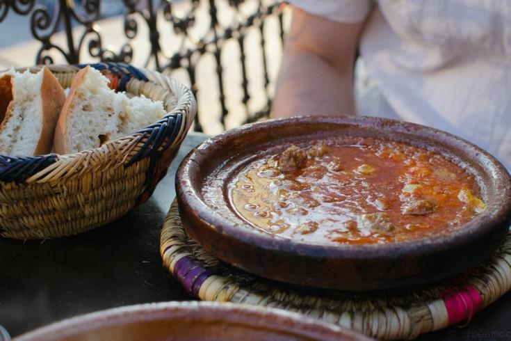 Marokkaanse kefta met ei en tomaat