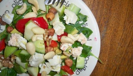 Salade met brie, noten en avocado recept
