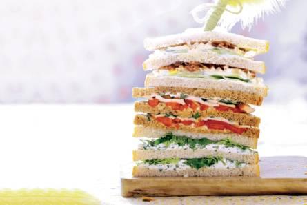 Sandwich eiersalade, komkommer en bacon