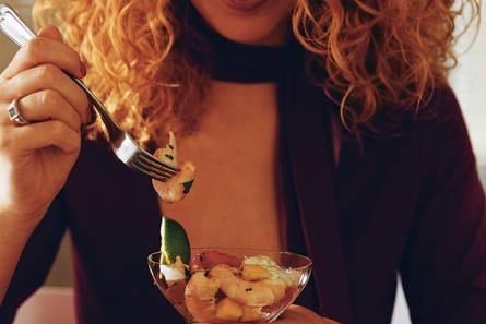 Lauwwarme cocktail van garnalen zalm en mango