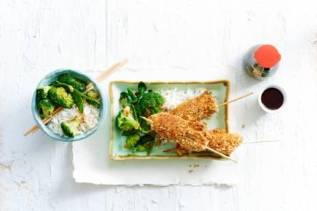Soja-cashew-kipspiesjes met groene roerbak en rijst
