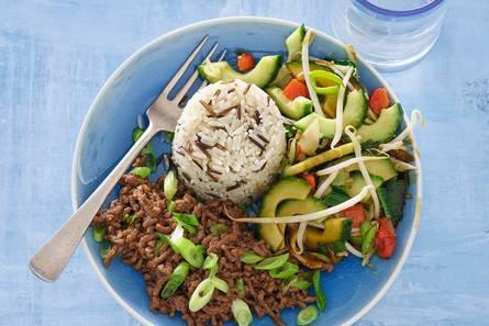 Oosters gehakt met gewokte komkommer en chinese groenten ...