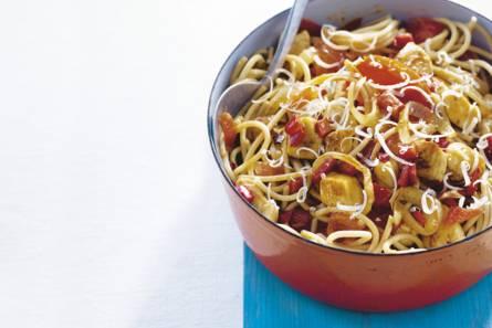 Zomerpasta met kip en tomaat