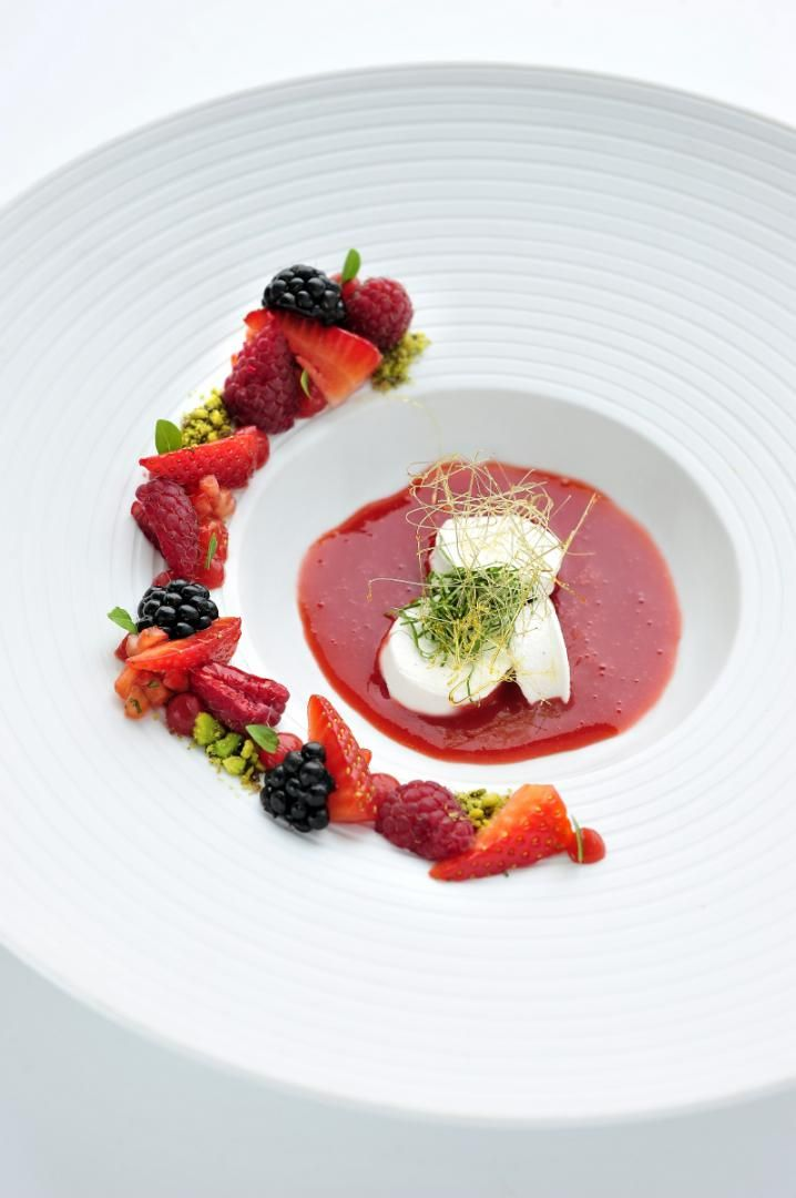 Recept 'rood fruit met île flottante, dropplant en basilicum'