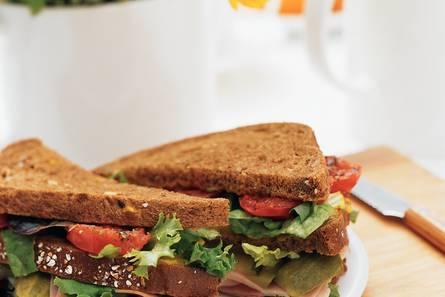 Sandwich ham met geroosterde tomaat