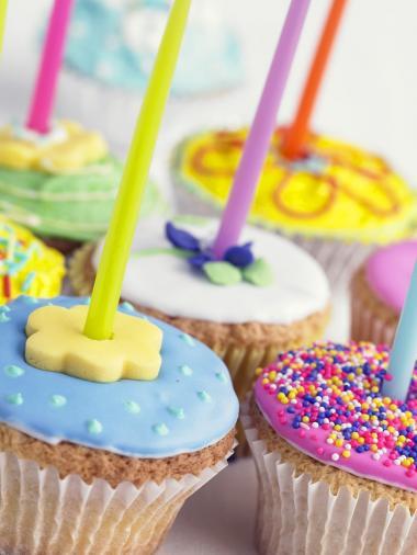 Recept 'kleurig versierde cupcakes met kaarsjes'