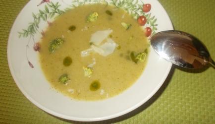 Gezond: broccolisoep met groenekruidenolie en parmezaanse kaas